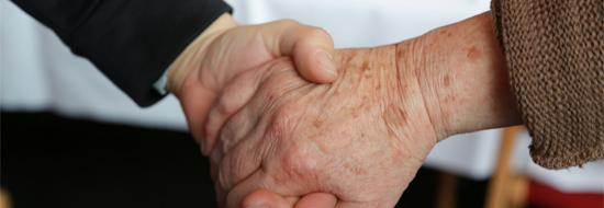 Zwei Menschen fassen sich an den Händen