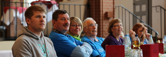 Junge und ältere Mitglieder, Frauen und Männer in der Diakonischen Gemeinschaft Nazareth besuchen den Gemeinschaftstag