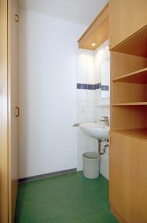 Beispielzimmer Haus Nazareth - ausgestattet mit Schrank und Nasszelle